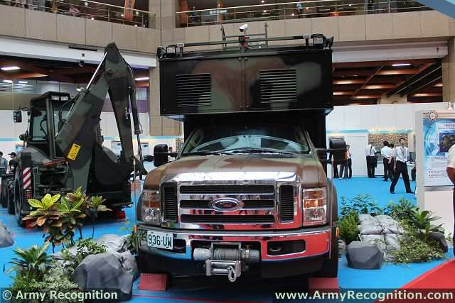 At TADTE 2013, the Taipei Aerospace and Defense Technology Exhibition, the Taiwanese army presents a new communication vehicle, the SOTM Satcom On The Move. This new vehicle upgrades the existing satellite communication system with enhanced mobile communication capabilities.