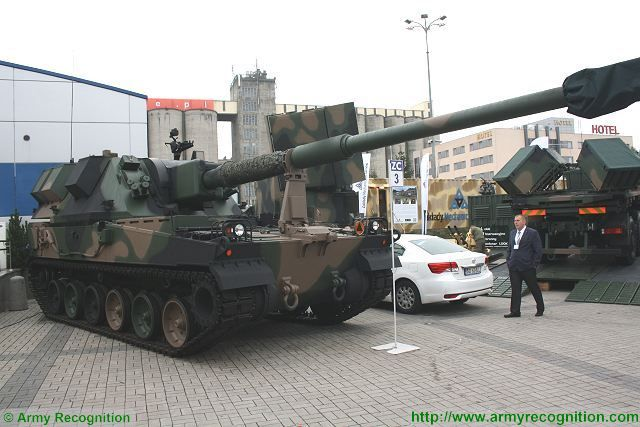 Krab 155mm self-propelled howitzer tracked armoured HSW Poland Polish defense industry army military equipment 640 001