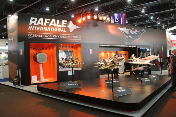 At IDEX 2011Dassault Aviation is presenting the Rafale to officials of the UAE Air Force. Visit Rafale International during IDEX on stand 07-B11.
