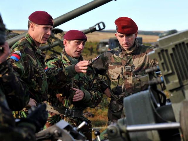 Lieutenant Colonel Gary Wilkinson, Regimental Sergeant Major Warrant Officer Class 1 Richard Price and Colonel Charles Romain discuss the finer points of the 105mm L118 Light Gun