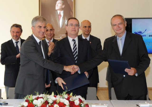 The heads of Eurosam, Aselsan and Roketsan – respectively Michel Vigneras, Faik Eken and Selçuk Yasar – have signed on the 14th of July in Ankara a Heads of Agreement (HoA) under the aegis of the Turkish Undersecretariat for Defence Industries (SSM) to launch in-depth co-operation in the field of air and missile defence.